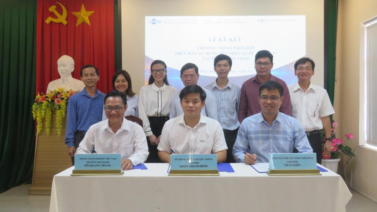 """Lễ ký kết Chương trình phối hợp thúc đẩy sử dụng tên miền quốc gia """".vn"""" tại tỉnh Đồng Tháp"""